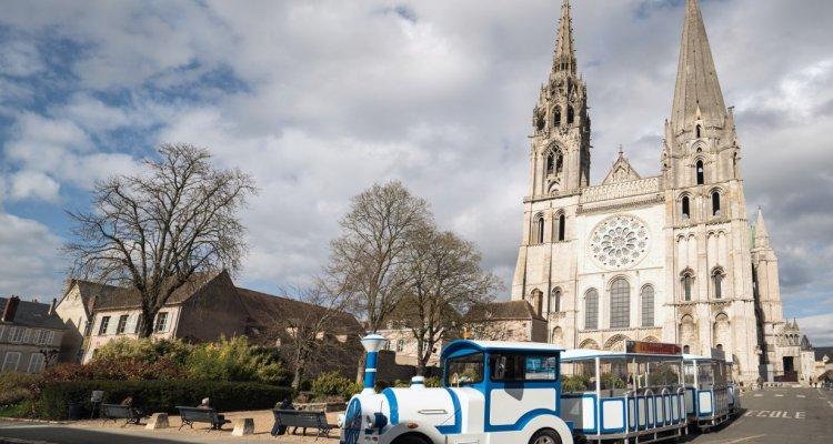 Petit train touristique devant la cathédrale de Chartres