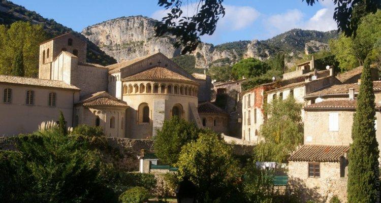 Le village médiéval de Saint-Guilhem-le-Désert et son abbaye