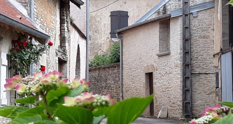 Des petites rues paisibles aux façades de pierre omniprésentes
