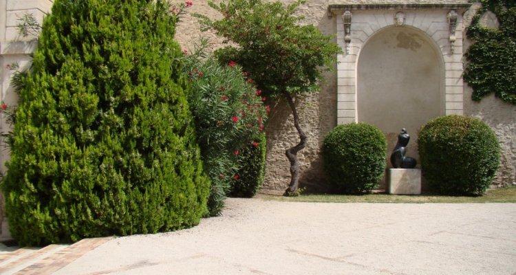 Campredon centre d'art, le jardin. Sculpture de Pollès.