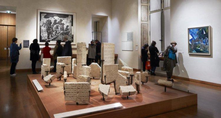 """la salle """"les juifs en France au Moyen Âge"""" présente les stèles d'un cimetière juif parisien et la peinture """"Le cimière juif"""" de Marc Chagall"""