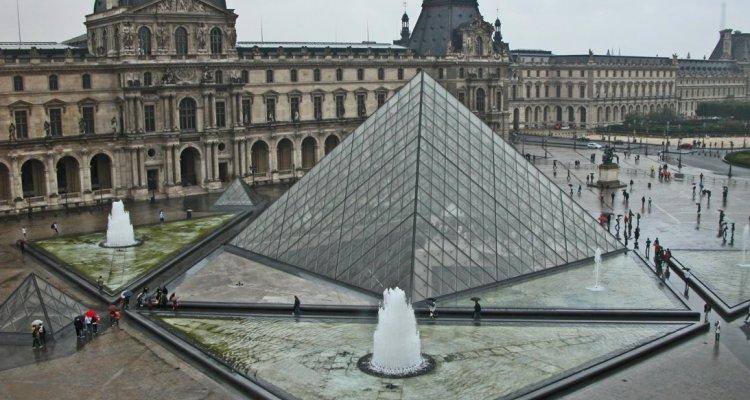 extérieur musée du Louvre paris