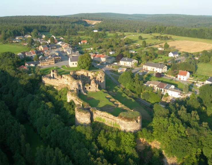 Vestiges du château de Montcornet en Ardenne vue du ciel