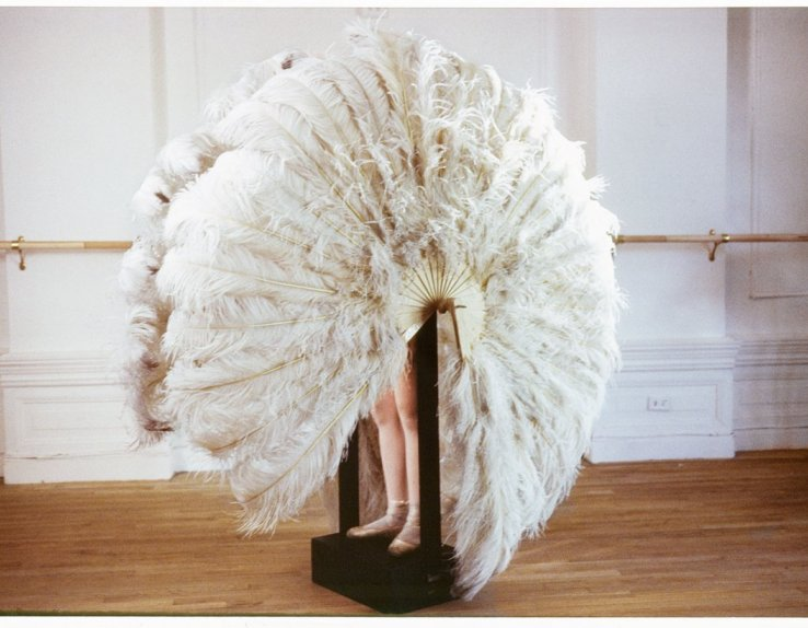 Rebecca Horn The feathered prison fan (Die sanfte Gefangene) 1978 Extrait du film Le Danseur (Der Eintänzer) Daros Collection, Zürich © ADAGP Paris 2018