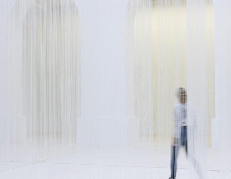 Susanna Fritscher, Für die Luft, 2017  Exposition au Musée d'Arts de Nantes 8 pans de fil silicone, 22,30 x 14,30 m de Ø 1,1 x 0,75 mm © Susanna Fritscher © Musée d'arts de Nantes - Photographie Cécile Clos