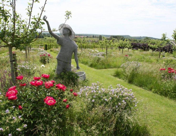 """""""Le cueilleur"""", sculpture en grillage qui, comme de nombreuses autres oeuvres d'art agrémente les allées des jardins"""