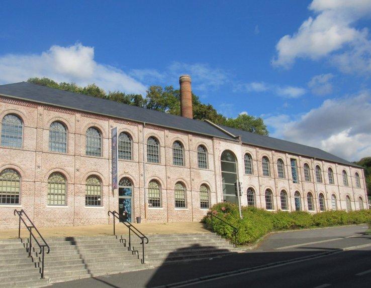Le Musée de la Nacre et de la Tabletterie est installé dans une ancienne usine de boutonnerie, aujourd'hui inscrite à l'Inventaire supplémentaire des monuments historiques.